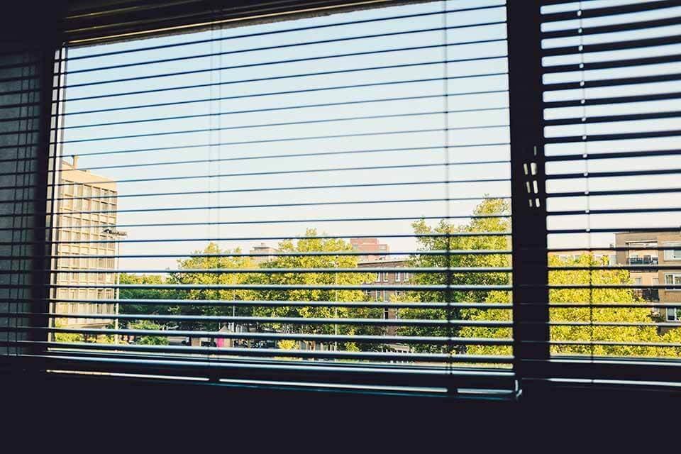 有「斑馬廉」之稱的可調光捲簾,結合了捲簾的遮光效果以及木百葉的調光優點,也是布廉與窗紗的絕配組合,與窗簾布比較起來較為服貼窗型,又不佔空間,在外觀上也較為質感與美觀,用拉繩就能輕鬆調節光線,算是隱私性高的窗簾產品。由於可調光捲簾主要材質是PVC聚脂纖維,較不易沾附灰塵,適合過敏族群使用,調光捲簾清潔上也不需太擔心...