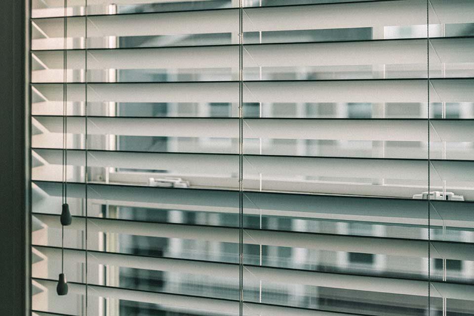 窗簾種類百百種,什麼是調光簾呢?調光簾遮光效果好嗎?調光簾價格是多少?條光簾其實跟捲簾很相似,可以說是捲簾的升級版,綜合了捲簾的遮光效果以及木百葉的調光優點,網路上又稱之為「斑馬簾」。調光簾產品的優點跟窗簾布比較起來,相對較為服貼窗型,又不佔空間,特別是中小型的窗型,安裝調光簾在外觀上相對也較為質感與美觀,由於其材質…