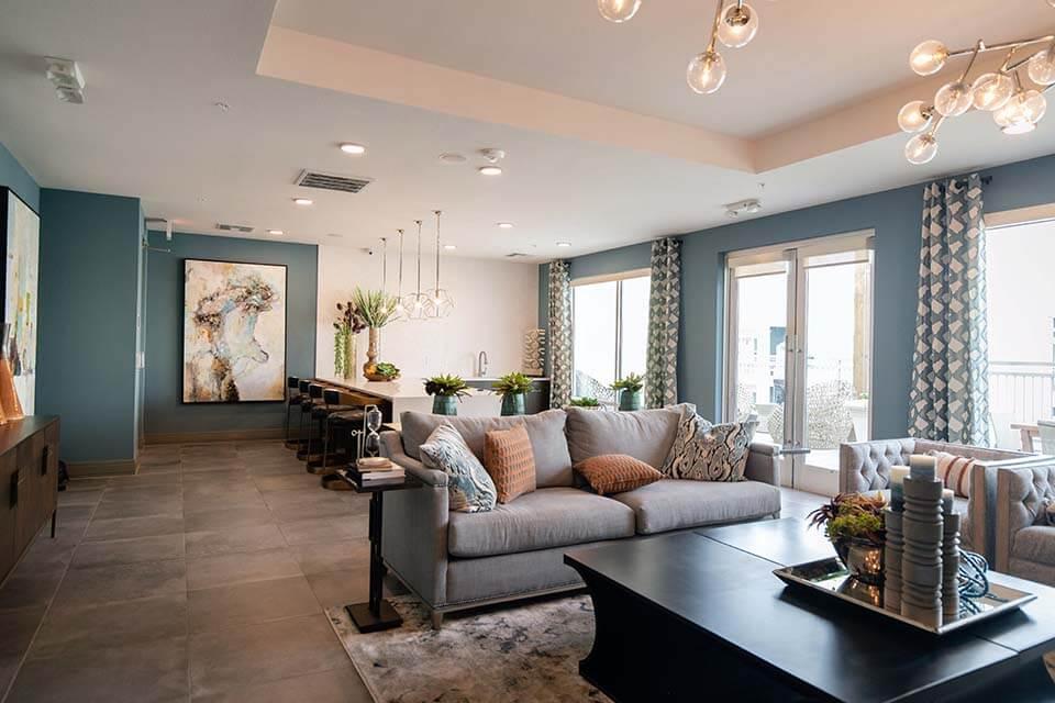 客廳窗簾是裝修工程中不可或缺的軟件,客廳不僅是家人經常放鬆的地方,更是親朋好友來家裡時的重要場所,因此客廳的裝修質感顯得格外重要!其中,窗簾是客廳當中最實用的軟裝飾品。選對客廳窗簾,再搭配空間的裝潢,可以提升整體居家質感的設計。除此之外,依據每位民眾在客廳窗簾選擇上的不同,會帶來不同凡響的客廳窗簾布功效,舉凡:隔光、隔…